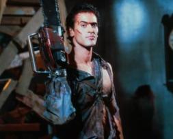 L'opéra de la terreur 2 (1987) : Le film culte de Sam Raimi (La trilogie de Spiderman) est toujours aussi drôle, même aujourd'hui. Ses effets spéciaux particulièrement risibles et la performance exagérée de Bruce Campbell en font un incontournable... année après année.