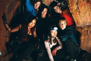 La descente (2005) : Réalisé par Neil Marshall, cet excellent film relate l'histoire de 5 amies adeptes de sensations fortes qui se perdent dans une caverne jamais explorée auparavant. Le problème, c'est qu'elles n'y sont pas seules… Claustrophobes, à vos risques!